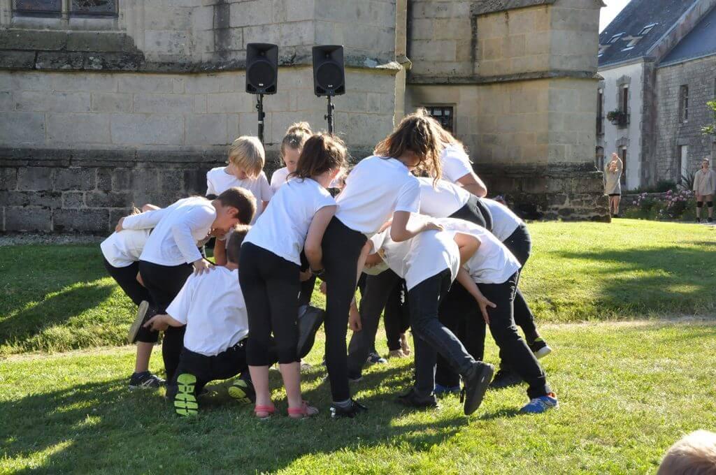 Atelier de sensibilisation scolaire dans le cadre du spectacle ISKUIT, sur les danses macabres